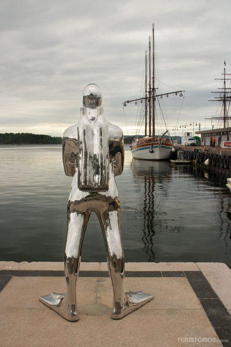 Escultura em Aker Brygge em frente ao fiorde de Oslo