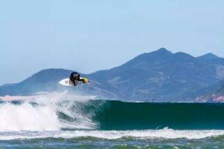 Surfista na guarda-do-embau