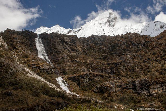 Montanhas nevadas e cachoeiras no caminho