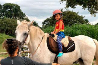Menina em aula de equitação