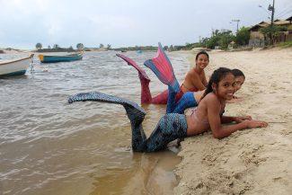 Meninas brinca de ser sereias no rio da Madre