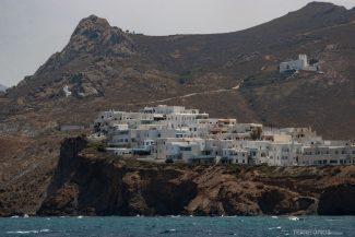Montanhas e casas brancas nas encostas de Naxos