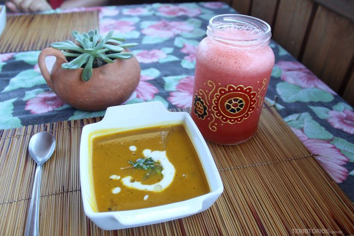 Caldinho de abóbora com leite de coco e suco natural de morango