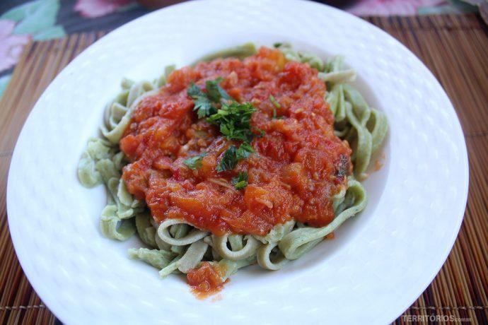Massa artesanal de espinafre e molho de tomate orgânico