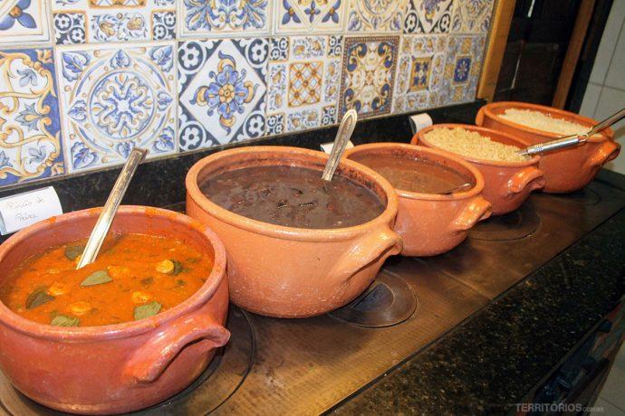 Comida caseira sempre quentinha em penela de barro e fogão a lenha