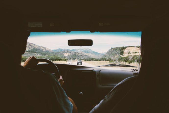 Motorista dirige na estrada