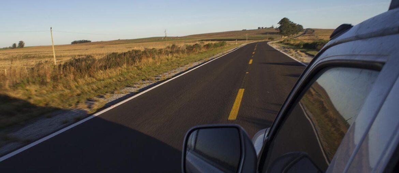 Carro dirige em estrada do Rio Grande do Sul