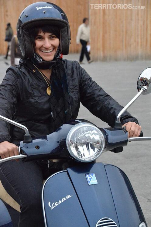 Roberta tentando dirigir um ícone italiano