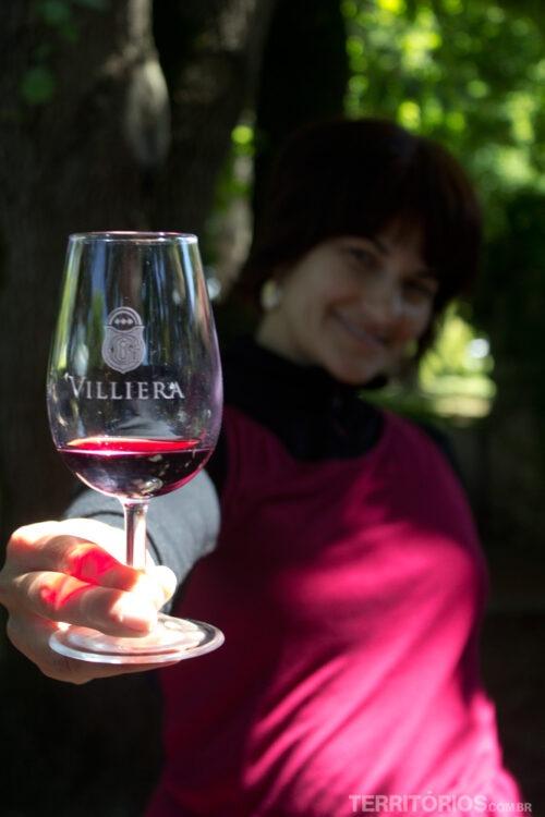 Roberta apreciando os vinhos de Stellenbosch