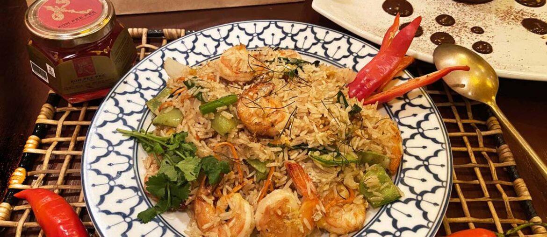 Khao Pad Goong é arroz frito com legumes e camarões